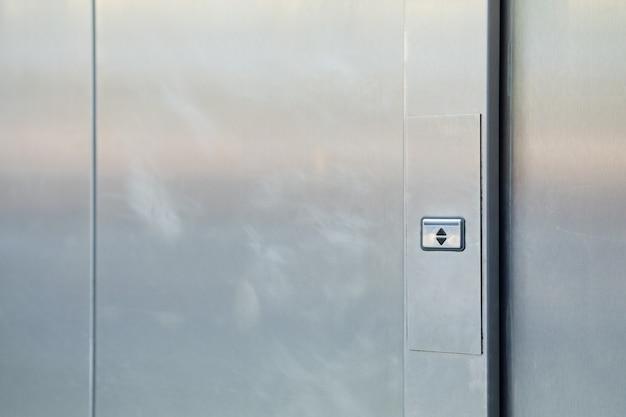 Metalen deuren met een knop op en neer.