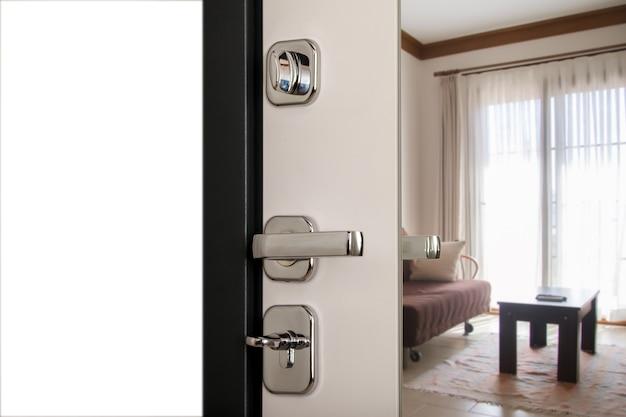 Metalen deurkruk en deur met chromen handgreep, slot. gebruik je sleutels om de bruine getextureerde deur te vergrendelen. sleutelgat en deurknop close-up. concept van gesloten deuren voor design appartement of kantoor. ruimte site kopiëren