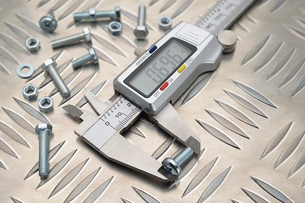 Metalen digitale schuifmaat op antislip aluminium metalen plaat met bouten en moeren