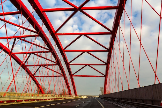 Metalen frame structuur van een brug over een snelweg weg