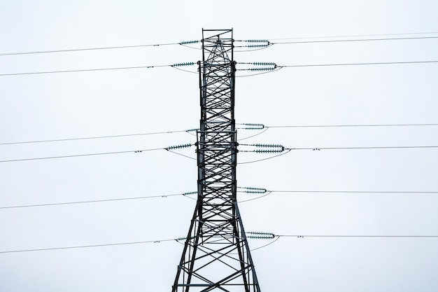 Metalen frame van een elektrische toren in bewolkt weer