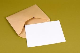 Metalen gouden envelop met brief