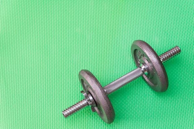 Metalen halters voor sport, grijze gewichten