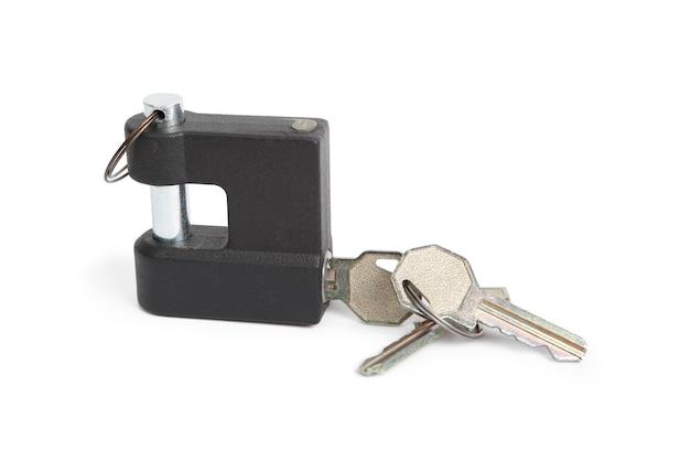 Metalen hangslot en sleutels geïsoleerd op wit