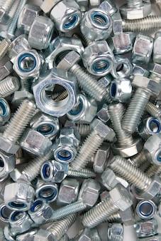 Metalen hardware bouten en moeren. uitzicht van boven