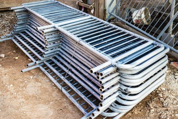 Metalen hekken worden op de bouwplaats gevouwen, voorbereid voor installatie. pirila voor installatie in een woongebouw.