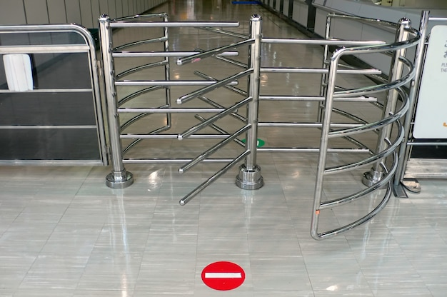 Metalen hekwerk met poort en stopbord op de vloer