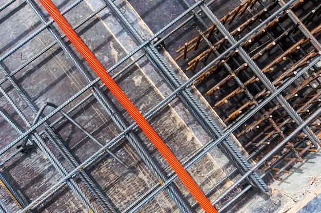 Metalen hulpstukken op de bouwplaats in monolithische constructie