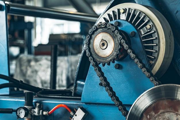 Metalen ketting van transportband op productielijn op kabelfabriek close-up