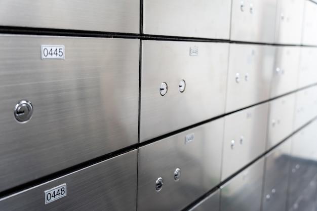 Metalen kluis paneelwand. concept voor sucurity en bankbescherming.