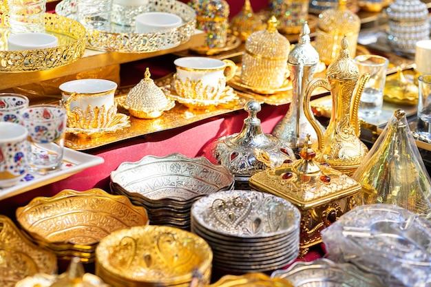 Metalen kommen, gerechten in traditionele markt