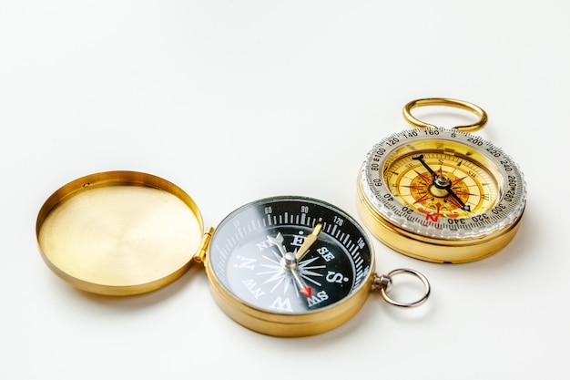 Metalen kompas geïsoleerd