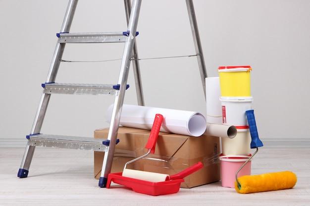 Metalen ladder en verf in de kamer