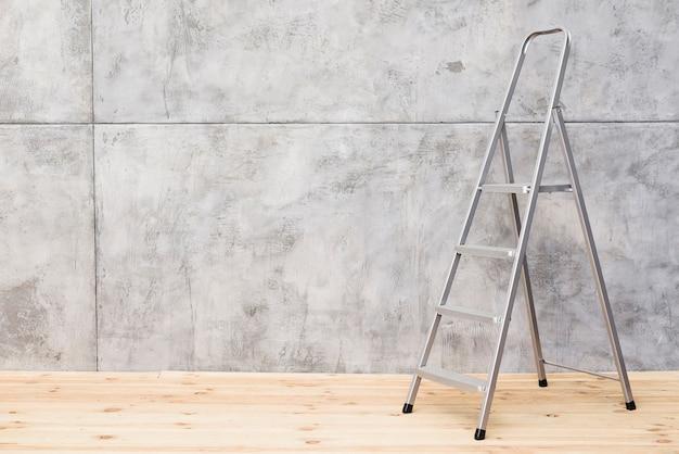 Metalen ladder met betonnen panelen