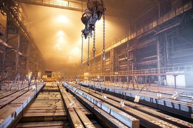 Metalen magazijn leeg. galvanotechniek voor het metaal.