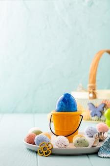 Metalen mand met kleurrijke paaseieren. lente vakantie concept met kopie ruimte