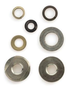 Metalen moeren, bouten en schroefgereedschap geïsoleerd op een witte achtergrond