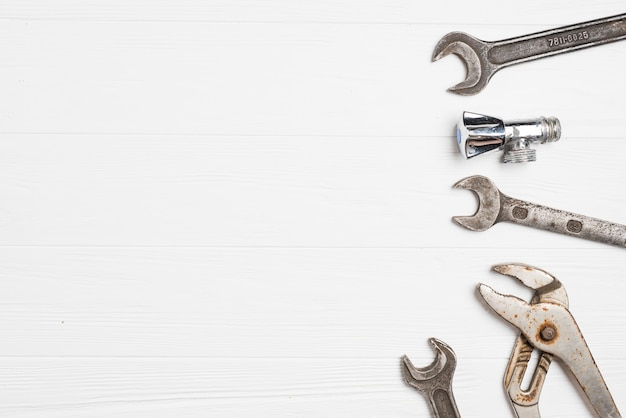 Metalen moersleutels op whtie
