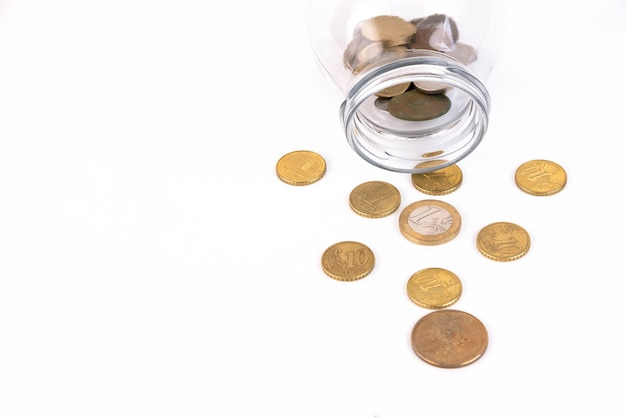 Metalen munten die uit het blikje stromen. kopieer ruimte.