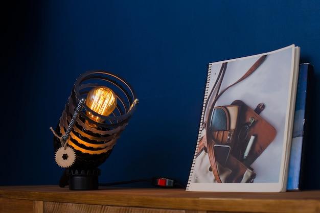 Metalen nachtlampje in loftstijl met een retro lamp in het interieur van het appartement