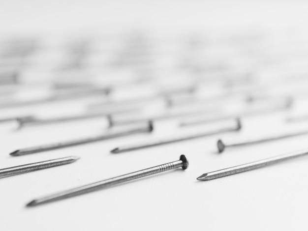 Metalen nagels op tafel