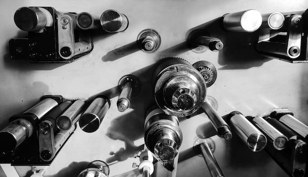 Metalen onderdeel. versnellingen in de motor van een auto. concept - creatie van onderdelen voor productiemachines. mechanische versnellingsbak. concept - auto-onderdelen close-up. productie van automotoren. motor van dichtbij.