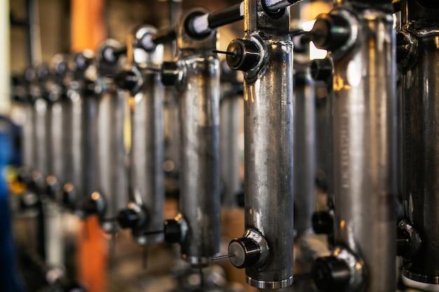 Metalen onderdelen bevinden zich op het rek van de plant