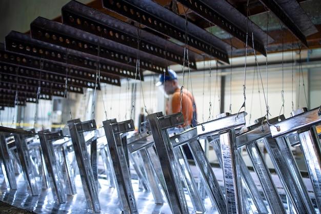Metalen onderdelen worden behandeld met zinkcoating
