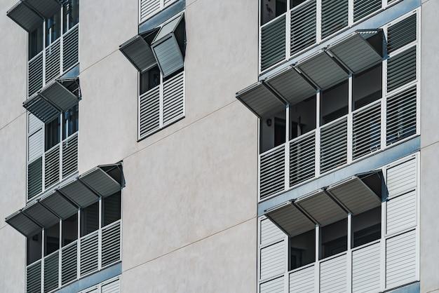 Metalen opvouwbare luiken van de gevel van een modern woongebouw