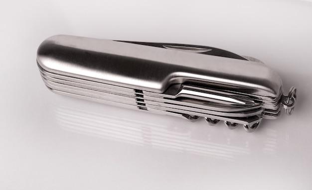 Metalen opvouwbare zakmes uitgesneden op wit oppervlak