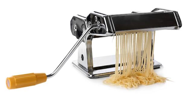 Metalen pastamachine met deeg op wit