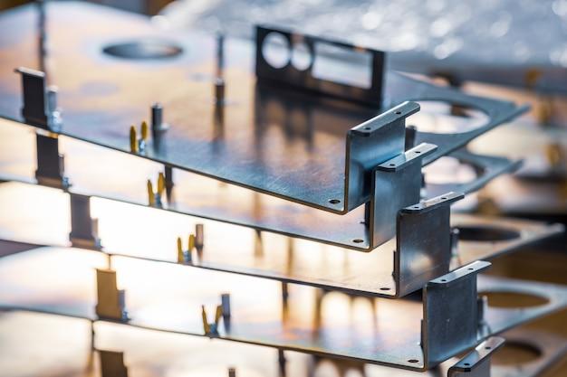 Metalen platen en accessoires liggen op het oppervlak