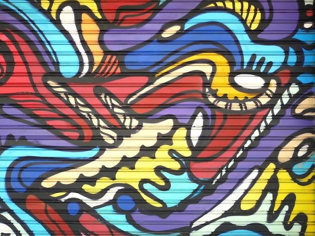 Metalen poort versierd met graffiti in de stijl van de straatkunstcultuur