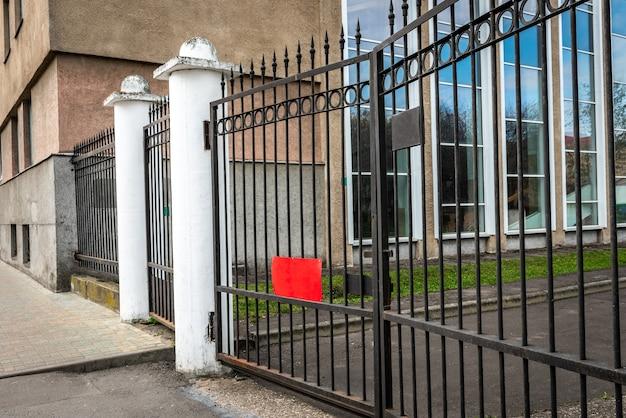 Metalen poorten voor het administratiegebouw.