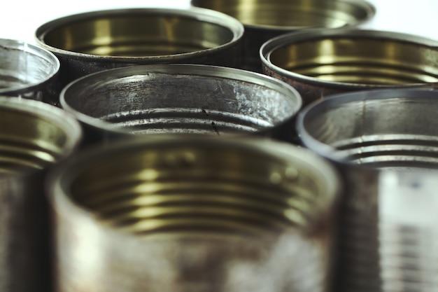 Metalen potten op wit