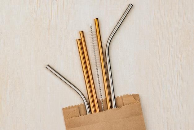 Metalen rietjes van roestvrij staal in een papieren zak