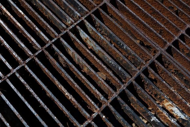 Metalen rooster op de waterspuw