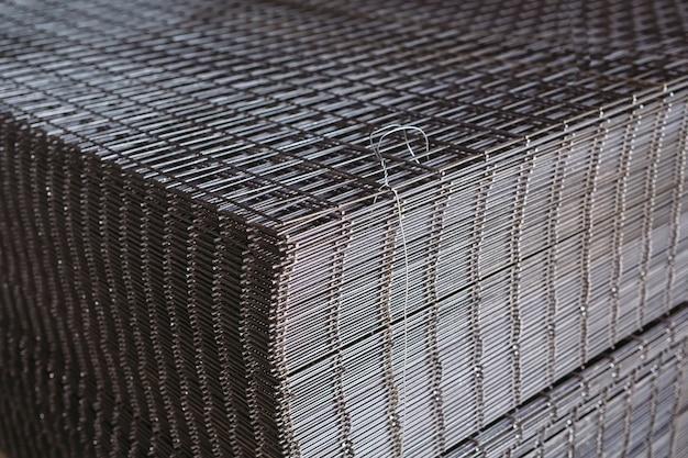 Metalen rooster. productie van zware industrie. metaalwalserij