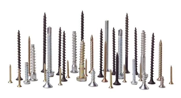 Metalen schroeven, verschillende maten en weergaven, met verschillende lengtes en draden, geïsoleerd op een witte achtergrond.