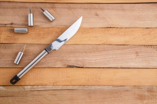 Metalen set voor het snijden van vlees en grillen op hout