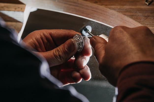 Metalen sieradenring pellen