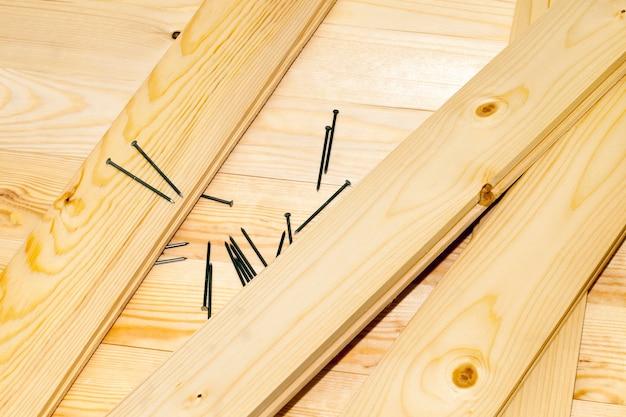 Metalen spijkers en houten planken