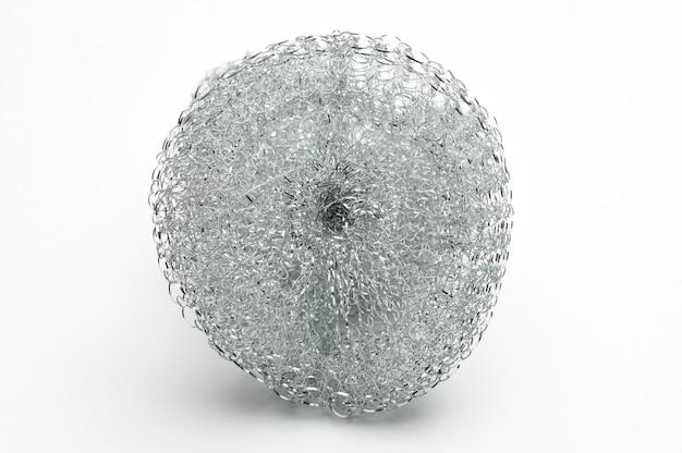 Metalen spons voor het afwassen en sanitair op geïsoleerde witte ondergrond