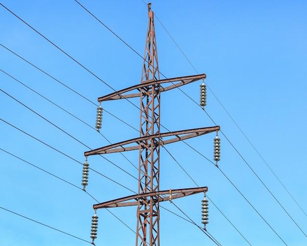 Metalen steun van bovengrondse hoogspanningslijnen.