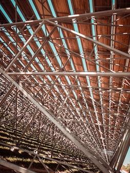 Metalen structuur met houten plafond