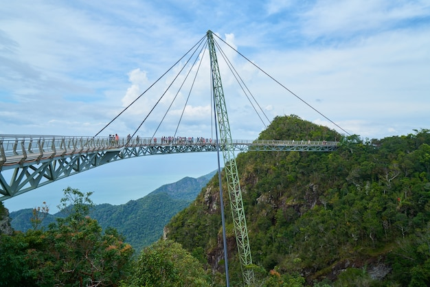 Metalen structuur tussen de bergen