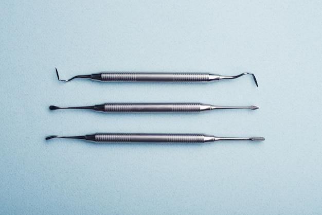 Metalen tandheelkundige instrumenten op lichtblauwe achtergrond