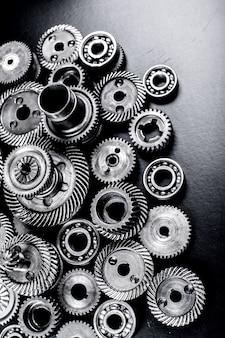 Metalen tandwielen op zwart oppervlak