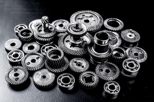 Metalen tandwielen op zwart