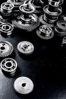 Metalen tandwielen op zwarte achtergrond